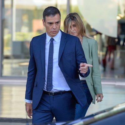 Pedro Sánchez y Begoña Gómez tras visitar al Rey Juan Carlos en el hospital