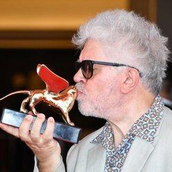 Pedro Almodóvar besando el León de Oro de Honor en la Mostra de Venecia 2019
