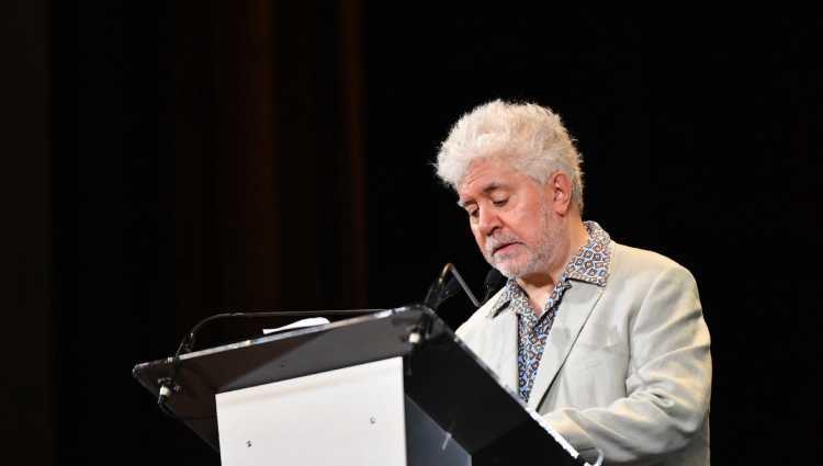 Pedro Almodóvar dando un discurso tras recibir el León de Oro de Honor en la Mostra de Venecia 2019