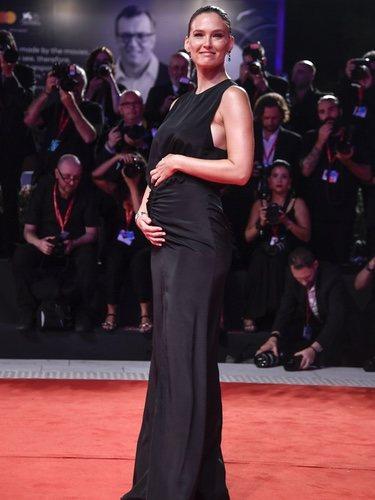 Bar Refaeli luciendo embarazo en el Festival de Venecia 2019