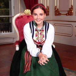 La Princesa Ingrid Alexandra de Noruega con un traje típico de Noruega en el día de su Confirmación