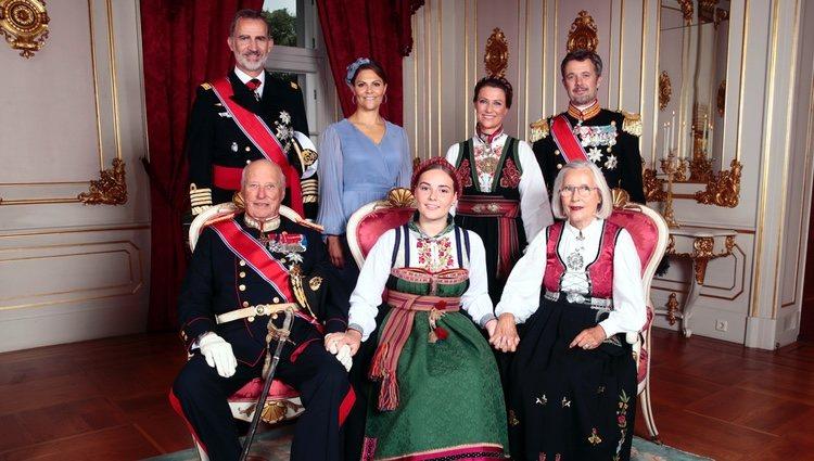 La Princesa Ingrid Alexandra acompañada de sus padrinos en el día de su Confirmación