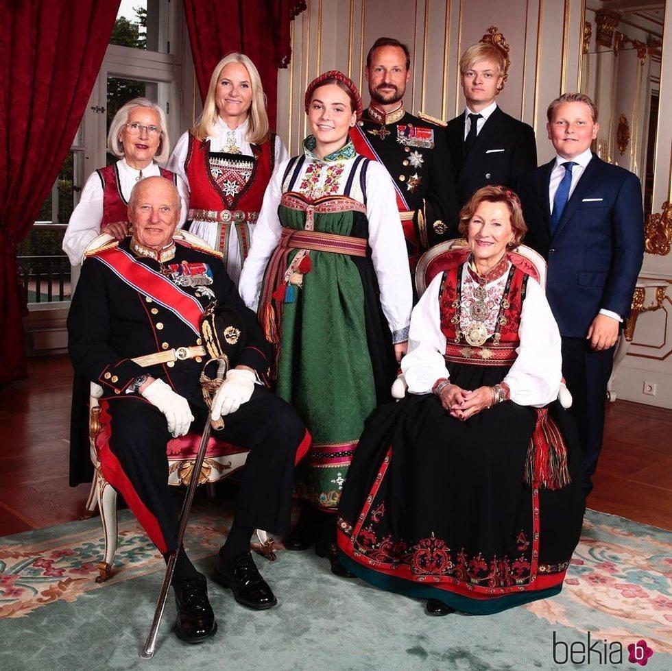 La Princesa Ingrid de Noruega acompañada por sus hermanos, sus padres y sus abuelos en el día de su Confirmación