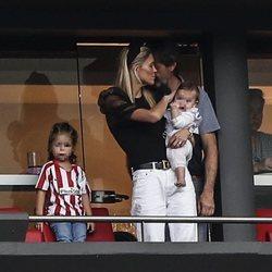 Carla Pereyra con sus dos hijas en un partido del Atleti