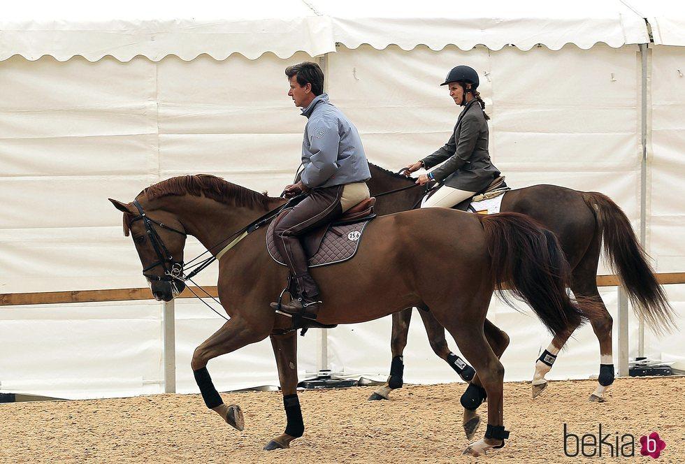La Infanta Elena y Cayetano Martínez de Irujo montando a caballo