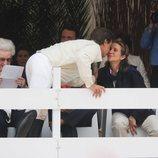 La Infanta Elena y Cayetano Martínez de Irujo besándose en presencia de la Infanta Pilar