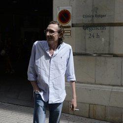 Fernando Gómez-Acebo frente a la clínica en la que está ingresada la Infanta Pilar