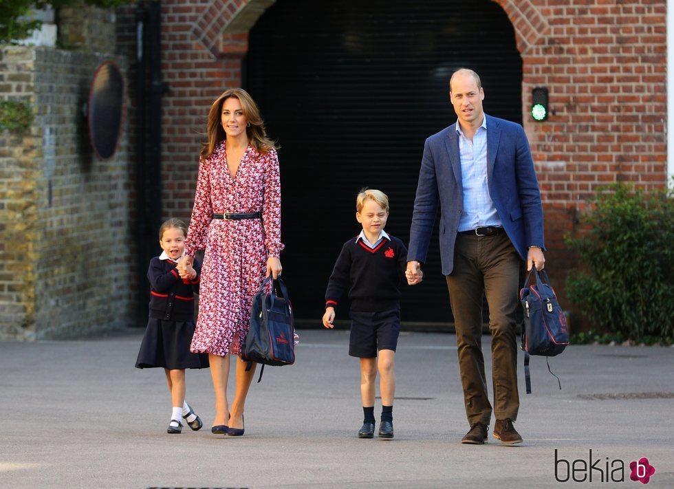 Los Duques de Cambrigde llevan a sus hijos Jorge y Carlota a su primer día de colegio