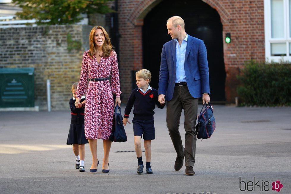 La Princesa Carlota, muy tímida en su primer día de cole junto a los Duques de Cambridge y el Príncipe Jorge