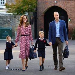 La Princesa Carlota en su primer día de colegio junto a los Duques de Cambridge y el Príncipe Jorge