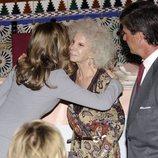 La Reina Letiza saluda a la Duquesa de Alba en presencia de Cayetano Martínez de Irujo