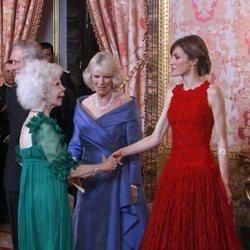 La Reina Letizia saluda a la Duquesa de Alba en presencia de Camilla Parker