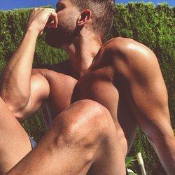 Pablo Alborán tomando el sol en la piscina