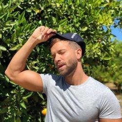 Pablo Alborán poniéndose una gorra
