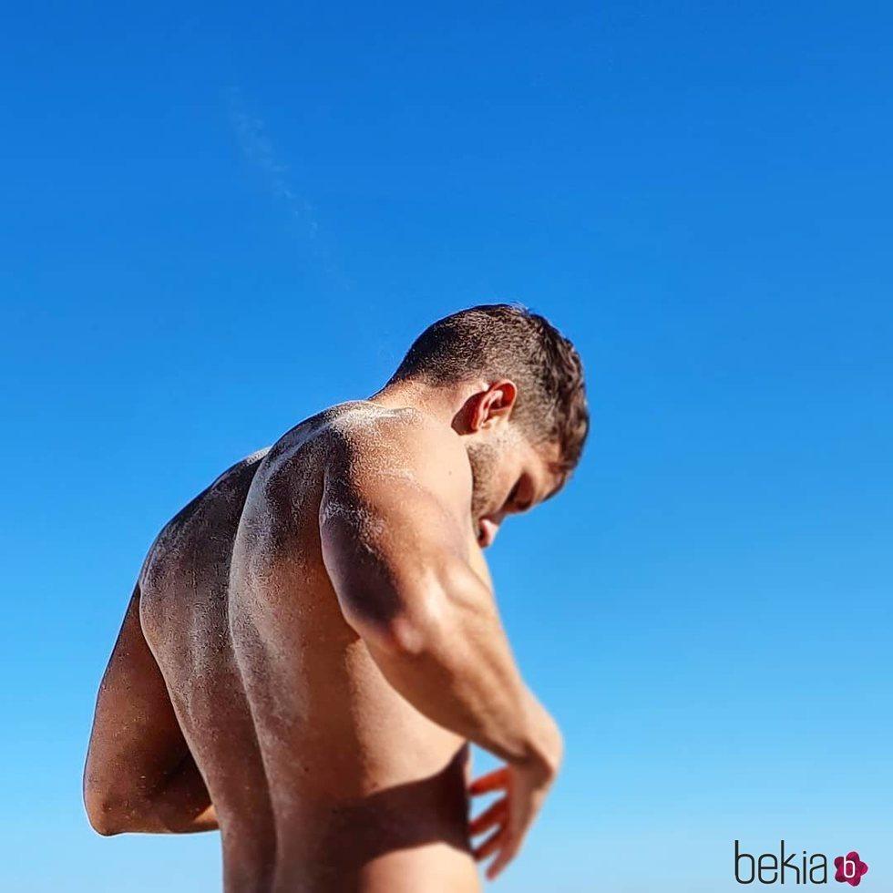 Pablo Alborán presume de músculos tomando el sol en la playa