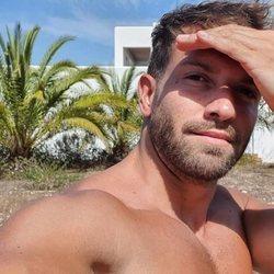 Pablo Alborán luce torso disfrutando del verano a pleno sol