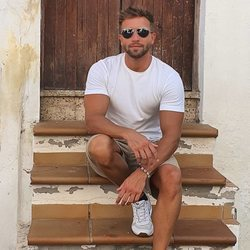 Pablo Alborán sentado en las escaleras