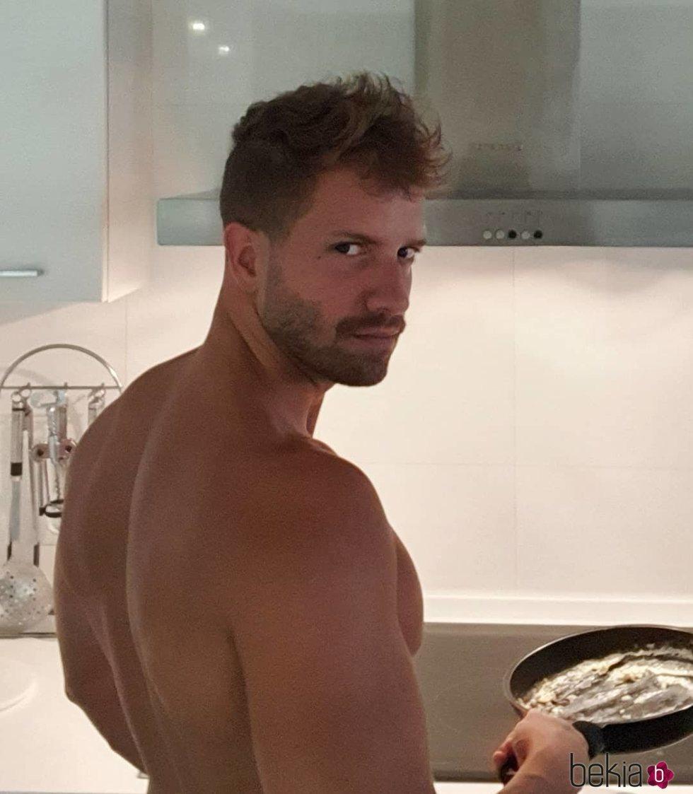 Pablo Alborán cocinando huevos fritos sin camiseta