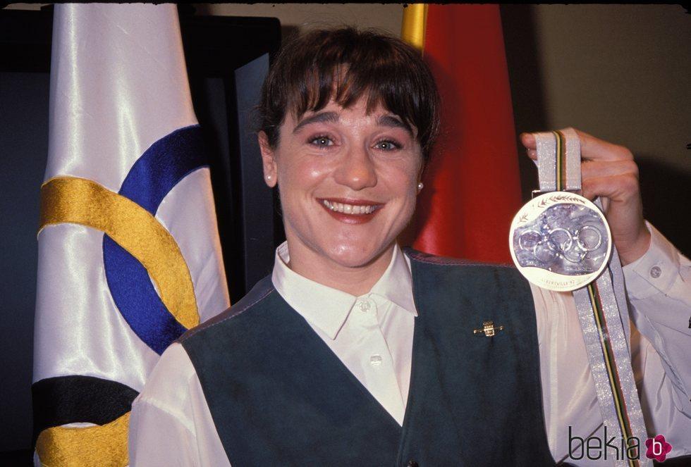 Blanca Fernández Ochoa con una de sus medallas