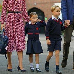 La Princesa Carlota en su primer día de colegio junto al Príncipe Jorge