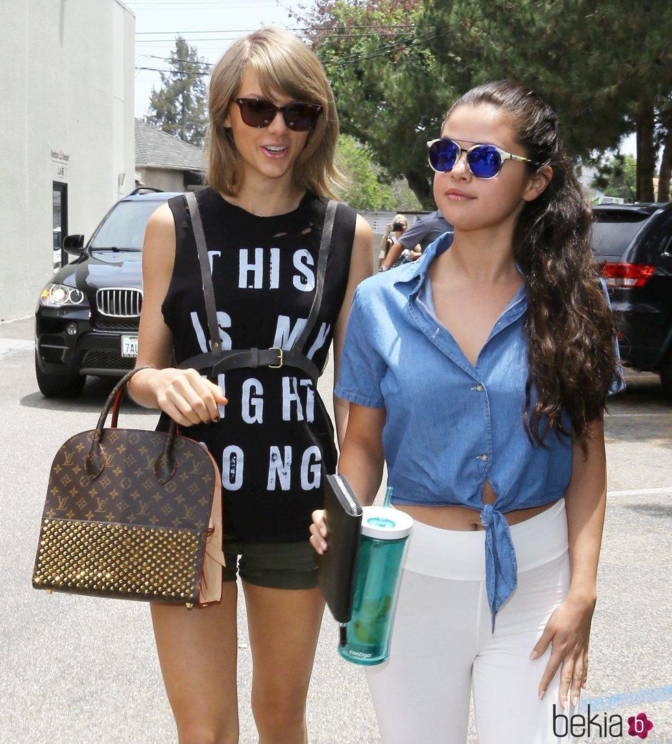 Selena Gomez y Taylor Swift paseando por calle