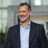 El Rey Felipe, muy sonriente tras visitar al Rey Juan Carlos en el hospital