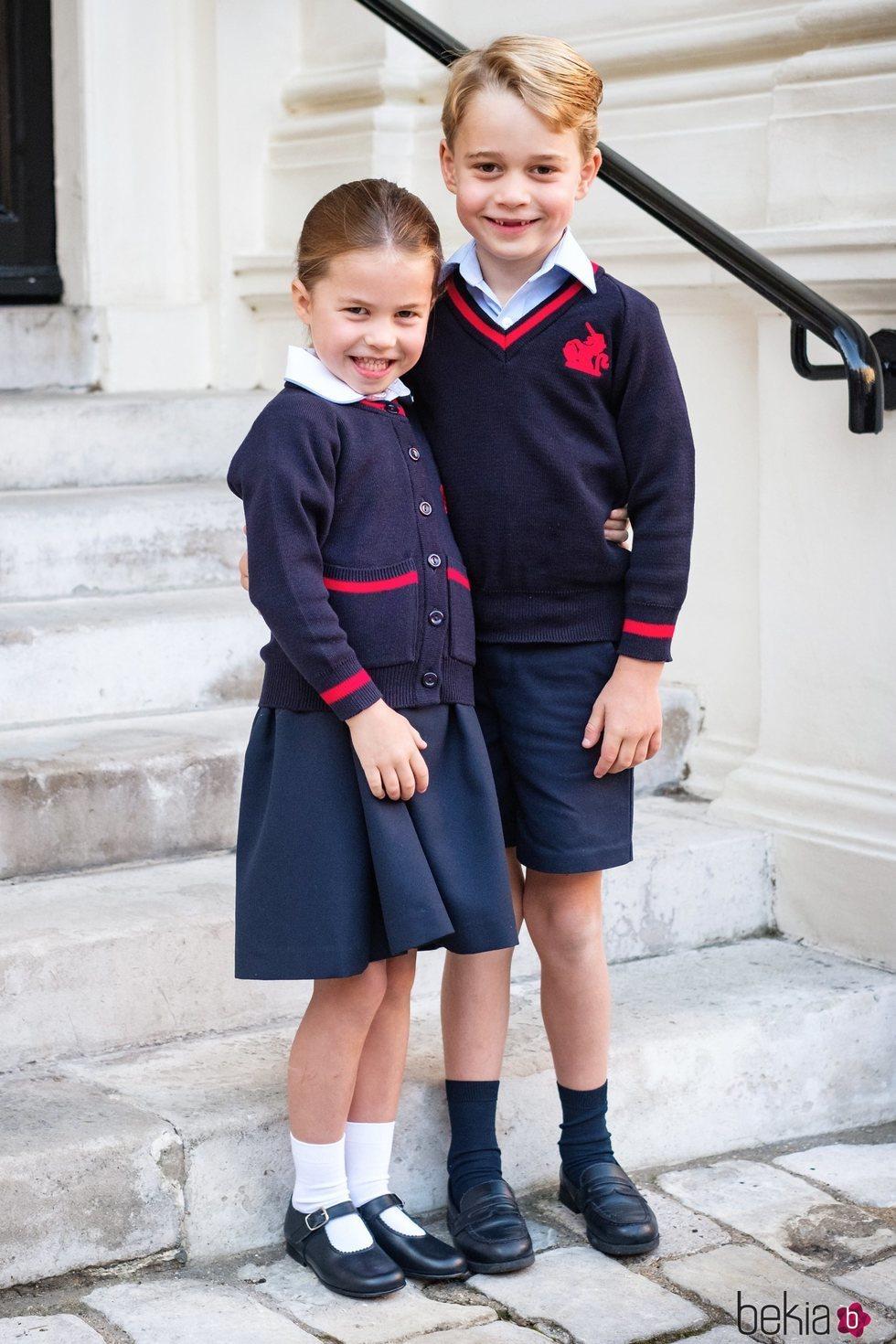El Príncipe Jorge y la Princesa Carlota en su primer día de colegio