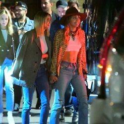 Miley Cyrus y Kaitlynn Carter juntas de la mano paseando por Nueva York