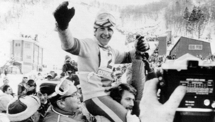 Paco Fernández Ochoa sale a hombros tras ganar la medalla de oro en los Juegos Olímpicos de Sapporo