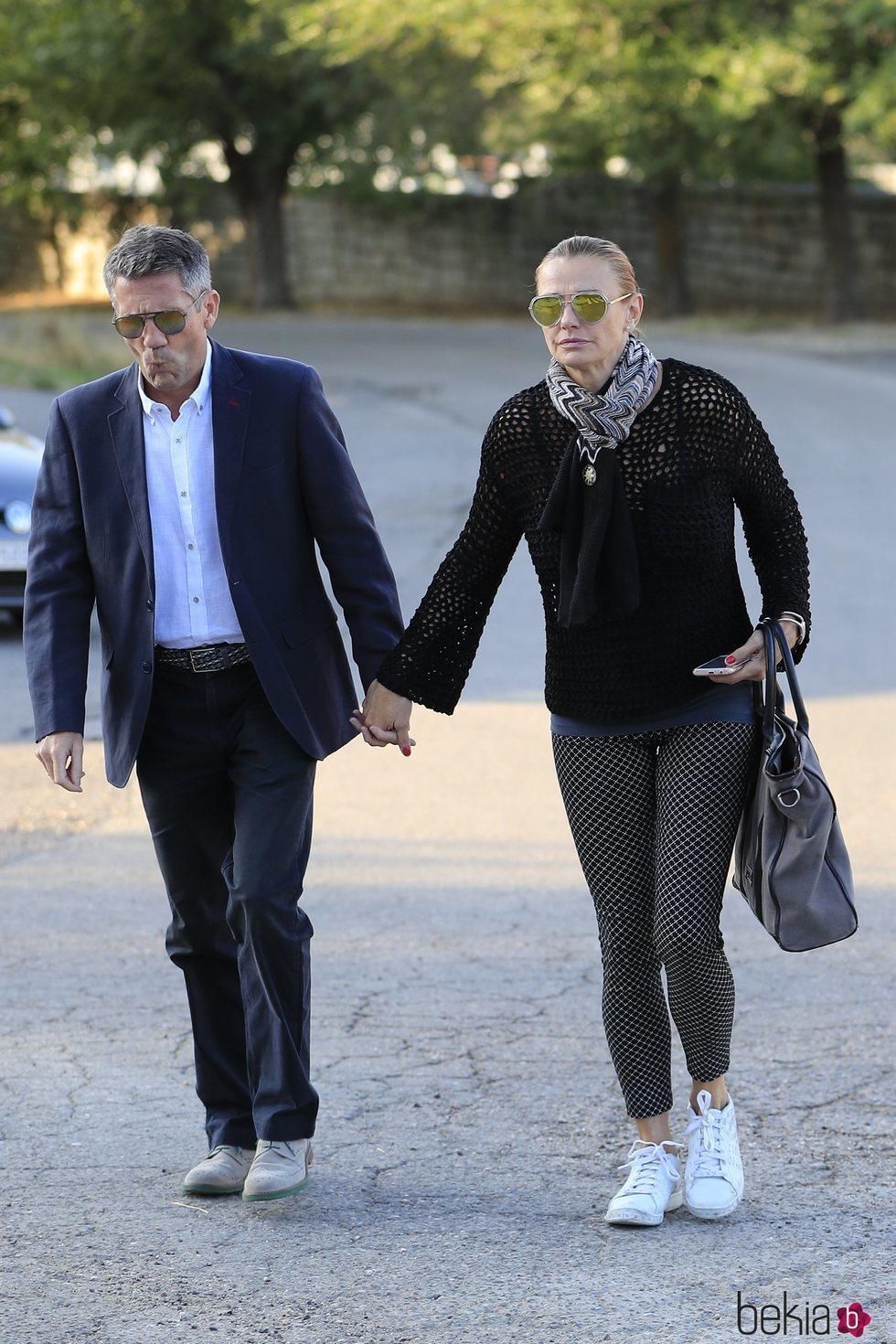 Coral Bistuer y su marido en el tanatorio de Blanca Fernández Ochoa