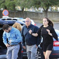 Olivia y David Fresneda, hijos de Blanca Fernández Ochoa, junto a su padre en el tanatorio de su madre