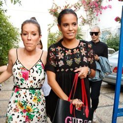 Gloria Camila y una amiga llegando a la procesión de la Virgen de Regla
