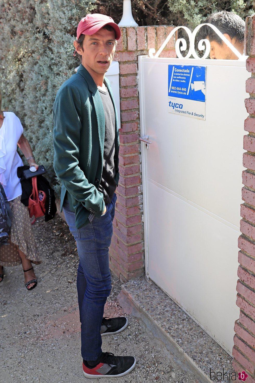 Camilo Blanes, hijo de Camilo Sesto, llegando a la casa de su padre