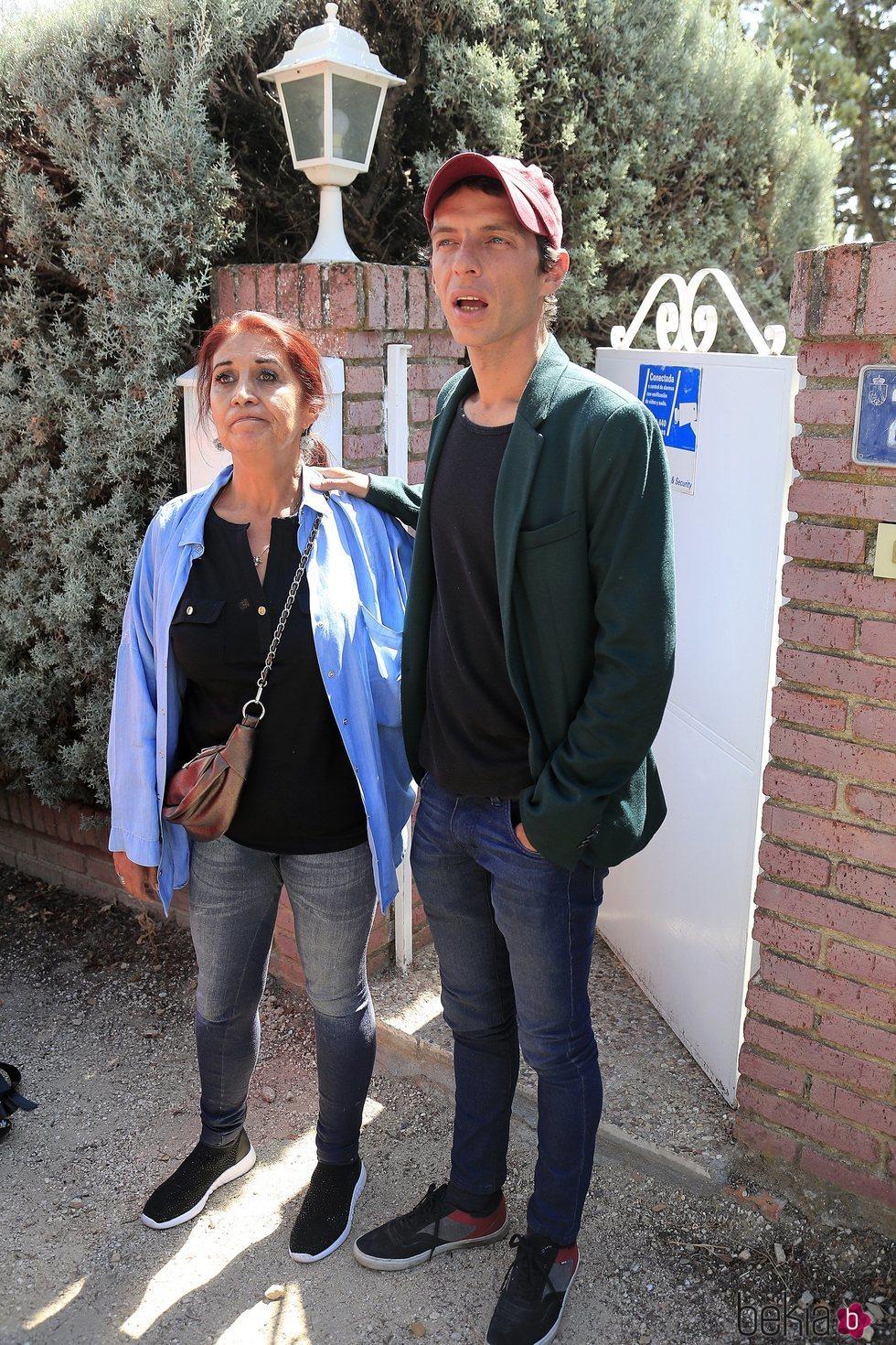 Camilo Blanes, hijo de Camilo Sesto, con su madre Lourdes Ornelas