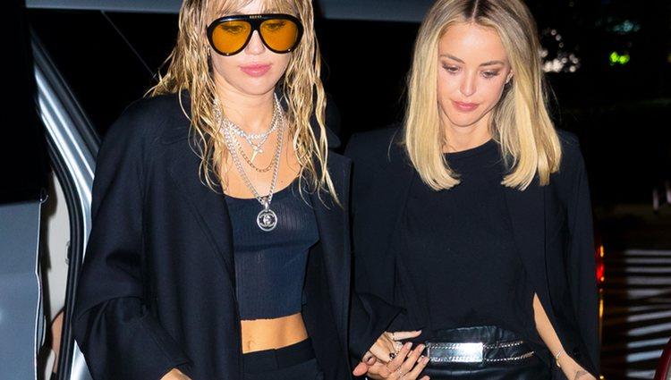 Miley Cyrus y Kaitlynn Carter de la mano acudiendo a una cena romántica