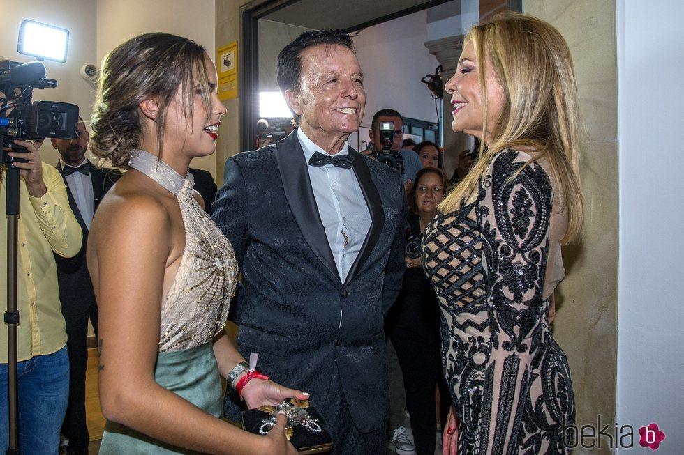 Gloria Camila y José Ortega Cano saludando a Ana Obregón en los Premios Escaparate 2019
