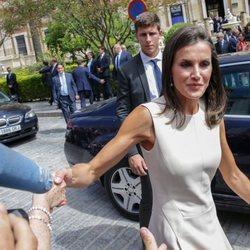 La Reina Letizia a su salida de la exposición 'El viaje más largo' en Sevilla