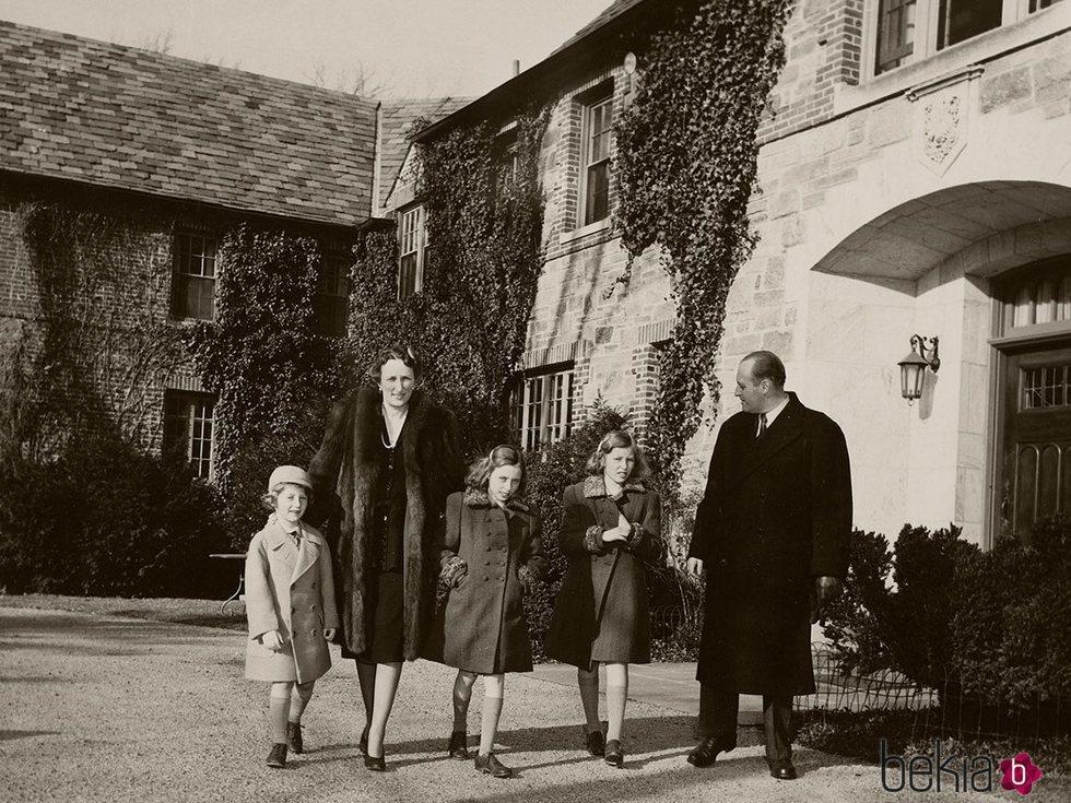 Los Príncipes Olav y Marta de Noruega con sus hijos Harald, Ragnhild y Astrid