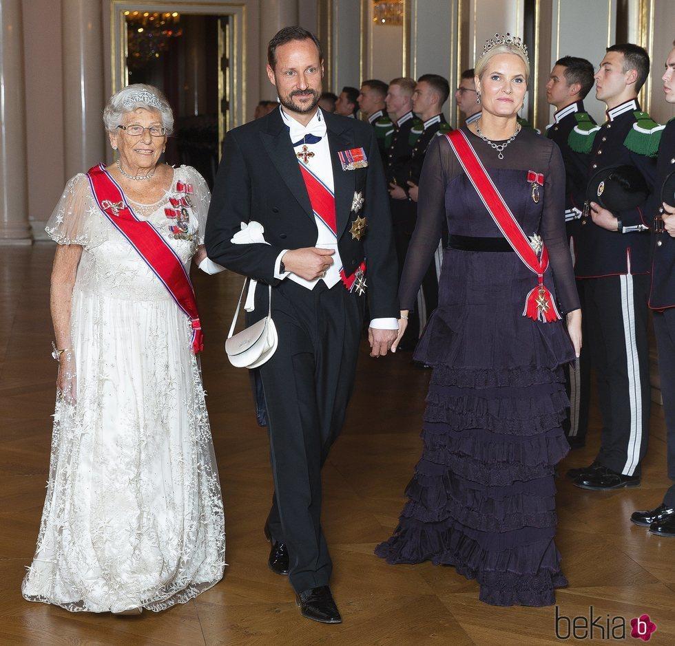 La Princesa Astrid, el Príncipe Haakon y la Princesa Mette-Marit en una recepción oficial
