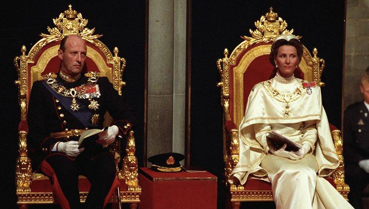 Los Reyes Harald y Sonia de Noruega el día de su coronación
