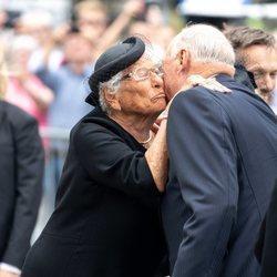 La Princesa Astrid besando al Rey Harald de Noruega