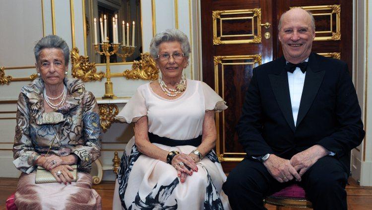 El Rey Harald de Noruega con las princesas Ragnhild y Astrid