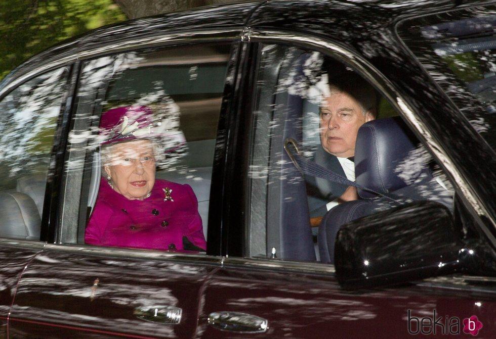 La Reina Isabel y el Duque de York, de camino a misa en Balmoral