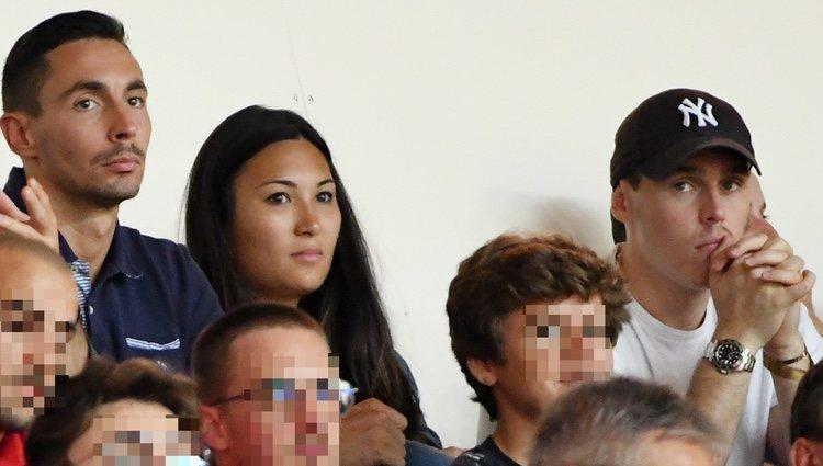 Louis Ducruet y Marie Chevallier viendo un partido de fútbol con Michael Ducruet