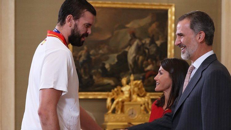 Los Reyes Felipe y Letizia saludan a Marc Gasol tras la victoria de la Selección Española de Baloncesto en el Mundial 2019
