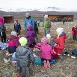 Haakon y Mette-Marit de Noruega con unos niños en Hjerkinn