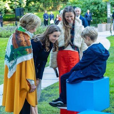 Ingrid Alexandra de Noruega, muy cariñosa con un niño en un acto con Sonia de Noruega