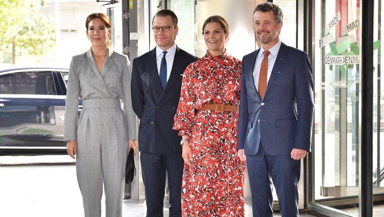 Federico y Mary de Dinamarca con Victoria y Daniel de Suecia en una conferencia de industria danesa en Copenhague