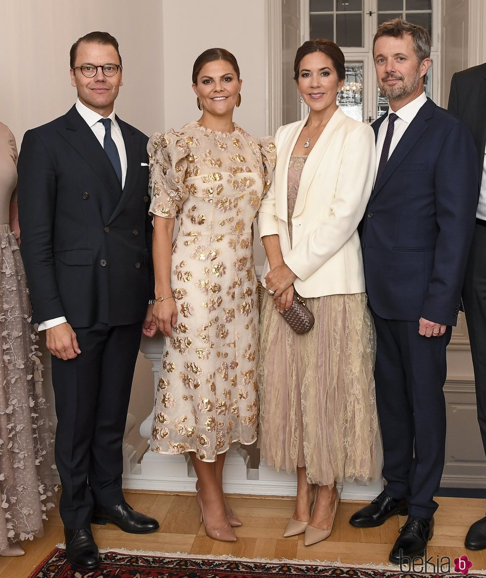 Victoria y Daniel de Suecia con Federico y Mary de Dinamarca en una cena en la Swedish Navy Corvette