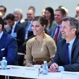 Victoria y Daniel de Suecia, muy sonrientes con Federico de Dinamarca en un foro de negocios en Copenhague